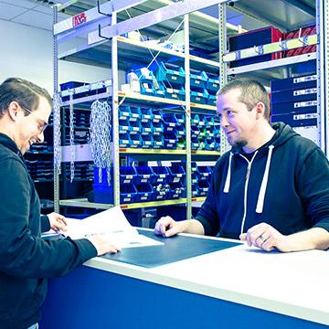 Innendienstler an der Verkaufstheke im Gespräch mit Kunden
