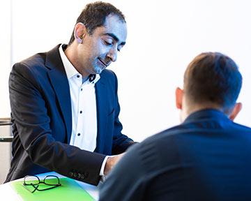 Geschäftsführer im Beratungsgespräch mit Kunden