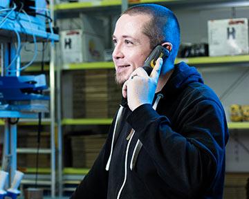Mitarbeiter am Telefon in Lagerhalle