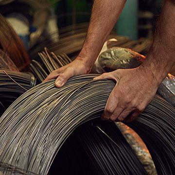 graube Kabelrolle in Handwerkerhänden