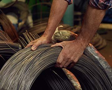 Hände die nach einer Kabelrolle greifen